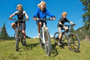 Kinder auf Mountainbike