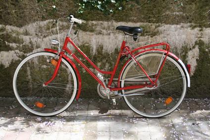 Ein rotes altes Fahrrad
