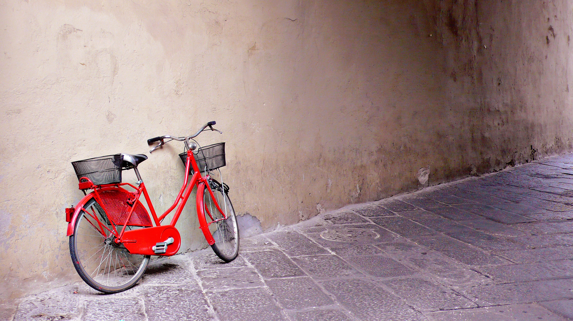 Ein altes rotes Fahrrad