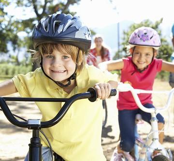Kinder einer Familie bei einer Fahrradtour