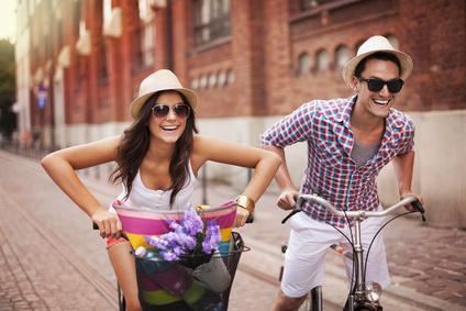 Ein Pärchen beim Fahrradfahren in der Stadt