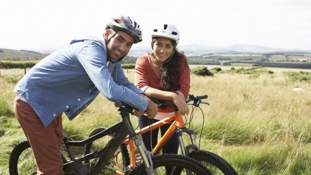 Junges Paar auf Fahrradtour