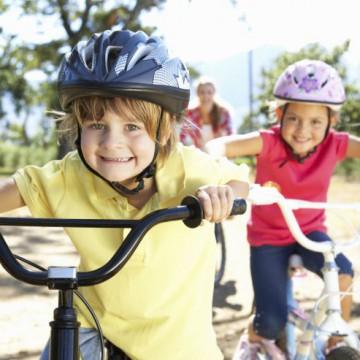 Fahrradtour mit Kindern – dieses Zubehör hält die Kleinen bei Laune
